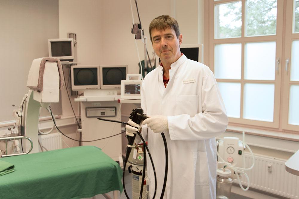 Dr. Schmidt im Untersuchungsraum